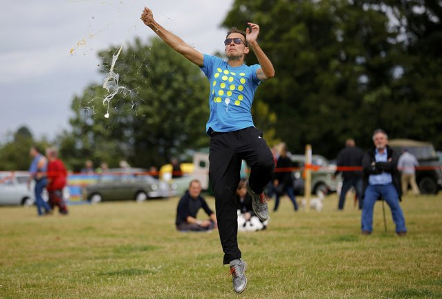 An egg smashes as a competitor fails to make a clean catch during the World Egg Throwing Championships and Vintage Day in Swaton, Britain June 28, 2015. (Photo by Darren Staples/Reuters)