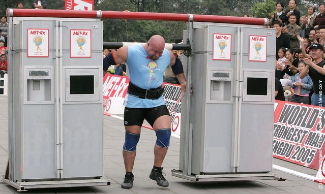 Don Pope of USA, competes during the Fridge Carry event of the 2005 World's Strongest Man Competition