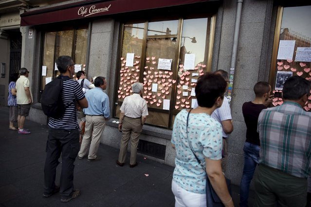 People look at messages on the windows of El Comercial cafe in Madrid, Spain, July 28, 2015.  El Comercial, which has been opened since 1887 and is the oldest cafe in Madrid, closed on Monday. (Photo by Juan Medina/Reuters)