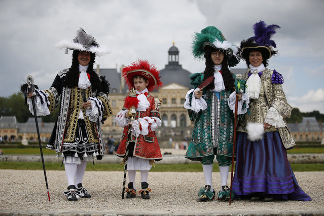 People wearing period costumes pose at the Chateau de Vaux-le-Vicomte (Vaux-le-Vicomte castle) in Maincy near Paris on June 26, 2016, during the annual Grand Siecle day event, a rendez-vous for costume passionates. (Photo by Matthieu Alexandre/AFP Photo)