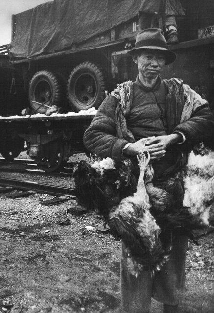 1948年10月, 浦口,想向溃军兜售鸡鸭的农民。 (October 1948, Pukou, farmers in selling chickens and ducks to the collapse of the military)