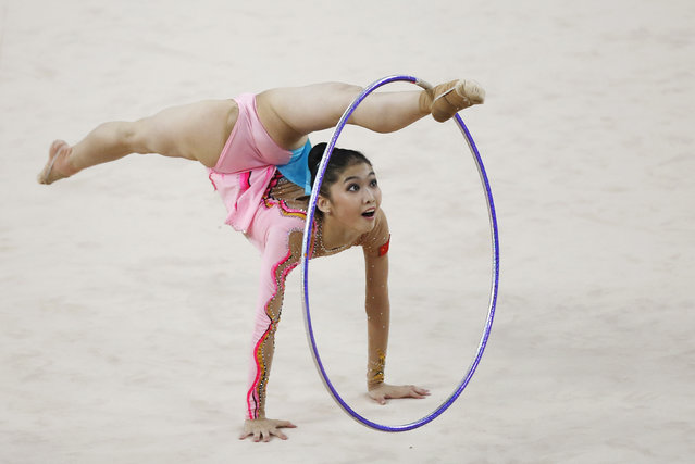 China's Liu Jiahui performs with the hoop in the individual rhythmic gymnastics competition at the Namdong Gymnasium Club during the 17th Asian Games in Incheon October 2, 2014. (Photo by Kim Hong-Ji/Reuters)
