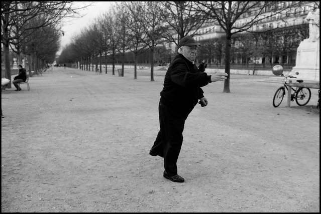 """Boules"" aux Tuileries, Paris. (Photo and comment by Peter Turnley)"
