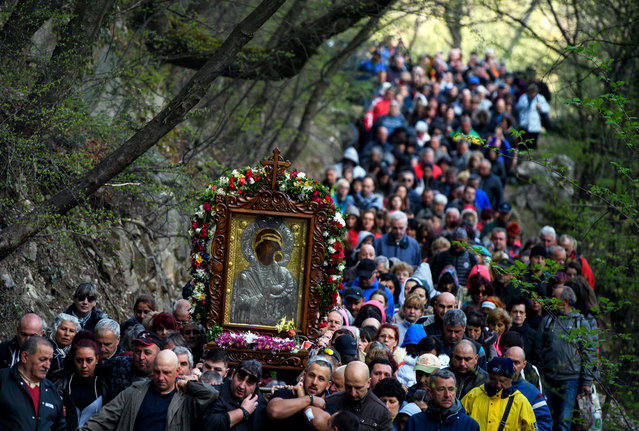 Bulgarian Orthodox faithful carry an icon of the Virgin Mary during a parade on Easter Monday at Bachkovo monastery, near the village Bachkovo, Bulgaria, 09 April 2018. The Orthodox world celebrates their Easter according to the old Julian calendar. Easter celebrates the resurrection of Jesus Christ and is regarded by Christians as their most important religious festival. (Photo by Vassil Donev/EPA/EFE)