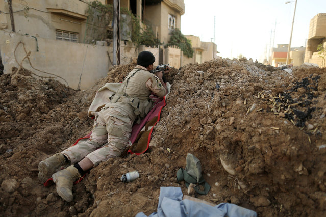 An Iraqi soldier aims his rifle during a battle with Islamic State fighters at the front line in the Intisar district of eastern Mosul, Iraq November 4,  2016. (Photo by Zohra Bensemra/Reuters)