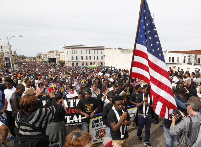 Thousands of people march to the Edmund Pettus Bridge during the 50th anniversary of the Selma to Montgomery civil rights march in Selma, Alabama March 8, 2015. REUTERS/Tami Chappell  (UNITED STATES - Tags: POLITICS ANNIVERSARY SOCIETY)