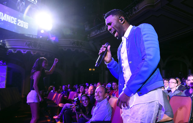 """Singer Jason Derulo performs during the """"Just Dance 2016"""" game segment at Ubisoft's E3 2015 Conference at the Orpheum Theatre on Monday, June 15, 2015, in Los Angeles. (Photo by Chris Pizzello/Invision/AP)"""