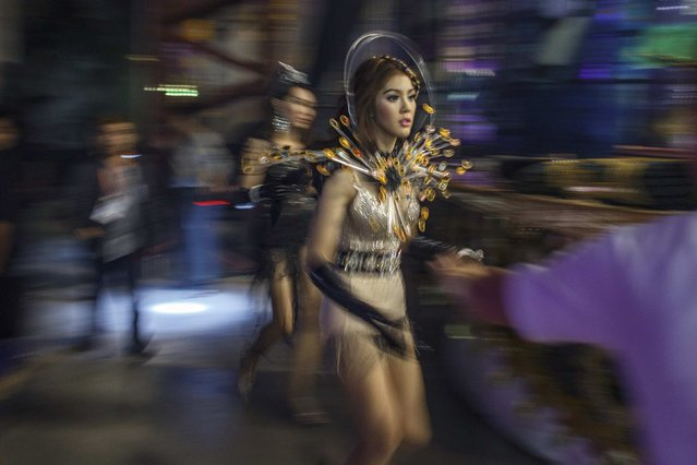 Contestants run backstage. (Photo by Athit Perawongmetha/Reuters)