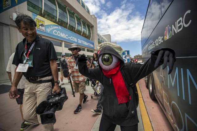 A cosplay enthusiast walks outside Convention Center during the 2015 Comic-Con International Convention in San Diego, California July 10, 2015. (Photo by Mario Anzuoni/Reuters)