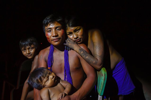 A Waiapi family poses for a picture in Waiapi indigenous reserve in Amapa state in Brazil on October 14, 2017. (Photo by Apu Gomes/AFP Photo)