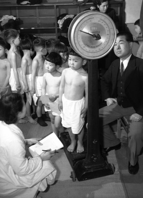 These children having their weight checked during the periodic physical examination in Hiroshima, Japan on August 2, 1952, were born during the A-bomb year. They are attending the elementary school attached to Hiroshima University. (Photo by AP Photo/Asahi)