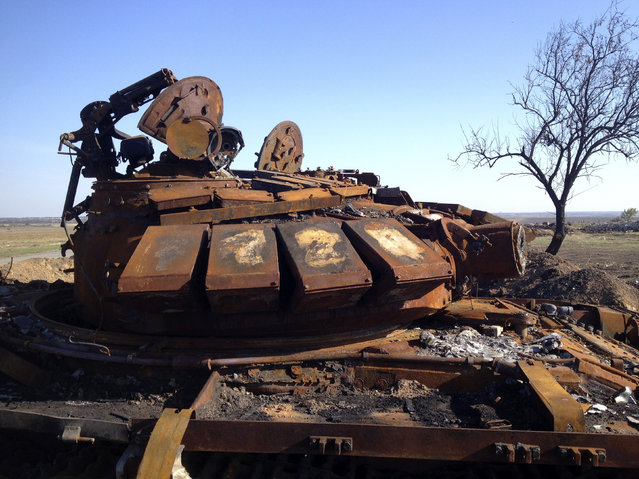 A destroyed T-72 tank, which presumably came from Russia, is seen on a battlefield near separatist-controlled Starobesheve in eastern Ukraine October 2, 2014. (Photo by Maria Tsvetkova/Reuters)