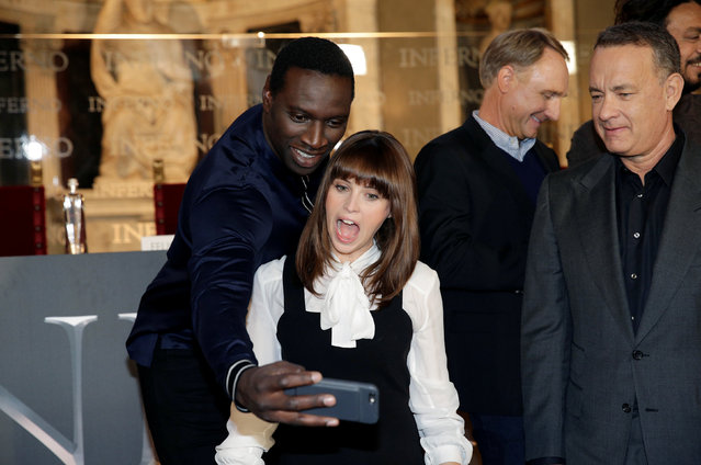 """Actor Omar Sy (L) takes a picture with actress Felicity Jones (2nd to L) as actor Tom Hanks (R) looks during a screening of their film """"Inferno"""" in Florence, Italy October 6, 2016. (Photo by Max Rossi/Reuters)"""