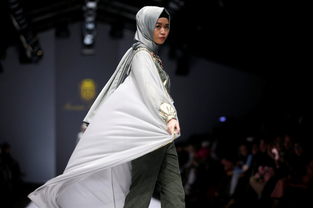 A model presents a creation by Indonesian designer Anniesa Hasibuan during the Jakarta Fashion Week in Jakarta, Indonesia, October 28, 2016. (Photo by Reuters/Beawiharta)