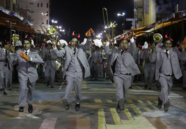 """Musicians of the """"Imperial"""" band perform during the Carnival parade in Oruro, Bolivia February 14, 2015. (Photo by David Mercado/Reuters)"""