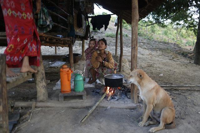 A family cooks their lunch near a tree house, in Kan Gyi village, Shwe Taung Yan township in Ayeyarwady region in Myanmar, January 19, 2016. (Photo by Soe Zeya Tun/Reuters)