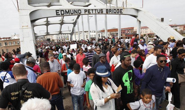 Thousands of people march across the Edmund Pettus Bridge during the 50th anniversary of the Selma to Montgomery civil rights march in Selma, Alabama March 8, 2015. REUTERS/Tami Chappell  (UNITED STATES - Tags: POLITICS ANNIVERSARY SOCIETY)