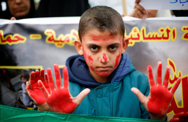 A Palestinian boy covered with ink gestures during a protest to show solidarity with trapped citizens of Aleppo, Syria, in Gaza city December 15, 2016. (Photo by Suhaib Salem/Reuters)