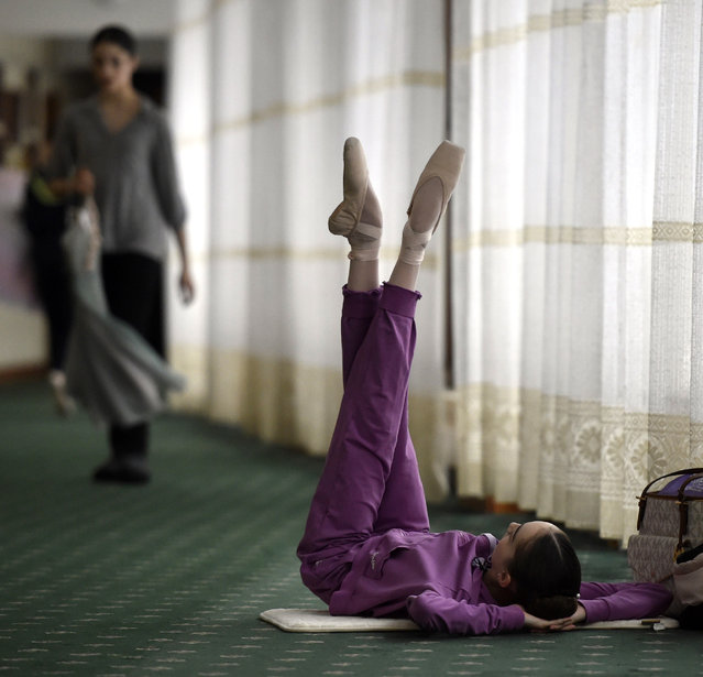 A student stretches in a hallway before the start of her class in the Moscow State Academy of Choreography, better known as the Bolshoi Ballet Academy, in Moscow, on March 3, 2016. (Photo by Yuri Kadobnov/AFP Photo)