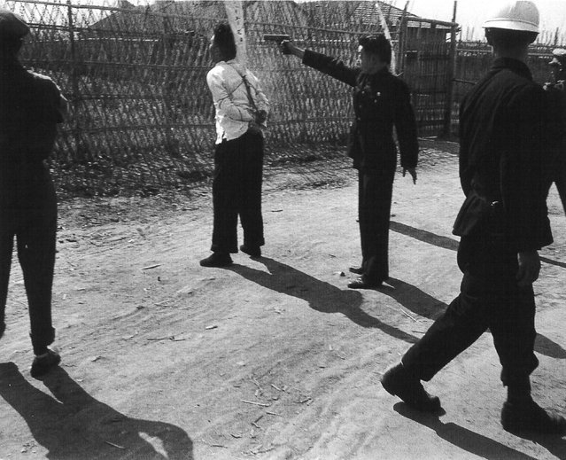 1949年5月上旬,上海闸北公园,用Colt自动手枪枪决共产党嫌疑犯 (In early May 1949, the Shanghai Zhabei Park Colt automatic pistol by firing squad of the Communist Party of suspects)