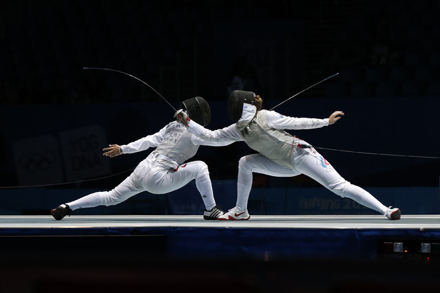 China's Huang Ali (L) and Russia's Marta Martyanova compete during the Women's Individual Foil at the 2014 Nanjing Youth Olympic Games in Nanjing, Jiangsu province, August 17, 2014. (Photo by Aly Song/Reuters)
