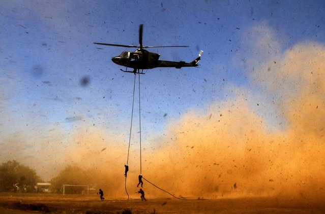 Yonif 700/Raider soldiers descend from a helicopter using a rope during a counter-terrorism drill at the University of Hasanuddin in Makassar, South Sulawesi, September 6, 2015  in this photo taken by Antara Foto. (Photo by Abriawan Abhe/Reuters/Antara Foto)