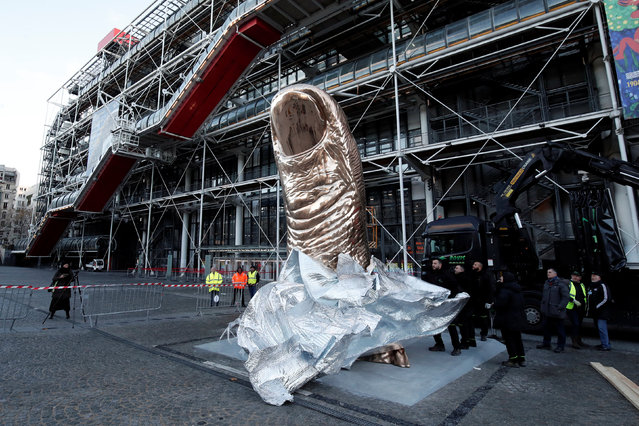 A giant thumb sculpture by French artist Cesar Baldaccini known as Cesar, is installed outside the Centre Pomidou art centre in Paris on Nocember 28, 2017, ahead of the exhibition dedicated to the artist. The Cesar exhibition runs from December 13, 2017 to March 26, 2018 at the Centre Pompidou in Paris. (Photo by Benoit Tessier/Reuters)