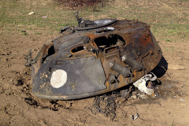 A painted white circle marks the turret of a BMP-2 armored personnel carrier, which presumably came from Russia, on a battlefield near Starobesheve, controlled by pro-Russian separatists, in eastern Ukraine October 2, 2014. (Photo by Maria Tsvetkova/Reuters)