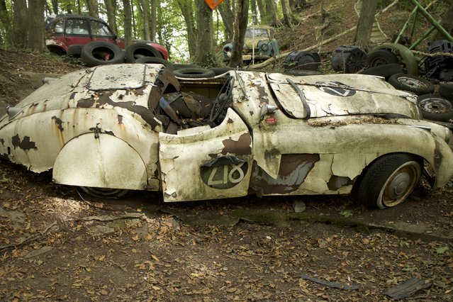 A side view of the body of Michael's Jaguar XK120 racecar that is worth 150,000 euros in Neandertal Germany, September 11, 2016. (Photo by Christoph Hagen/Barcroft Images)