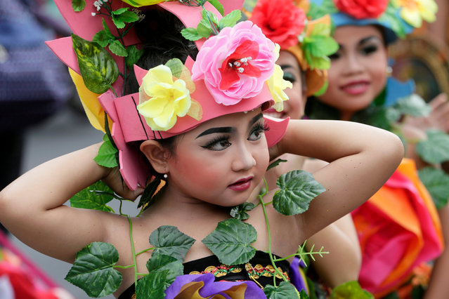 Balinese take part in a cultural parade during a New Year's Eve celebration at a main road in Denpasar, Bali, Indonesia, 31 December 2015. (Photo by Made Nagi/EPA)