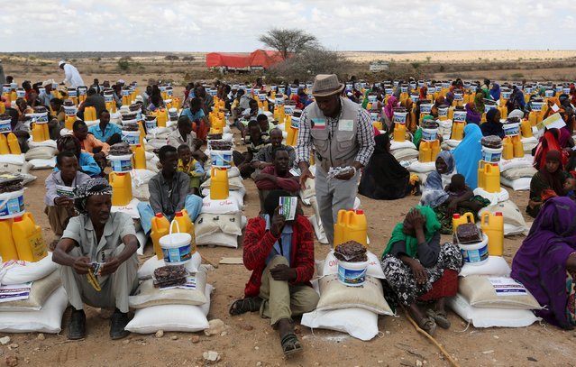 Internally displaced people receive assistance from African Muslim Agency near Adbuqadir town of Awdal region, Somaliland April 11, 2016. (Photo by Feisal Omar/Reuters)