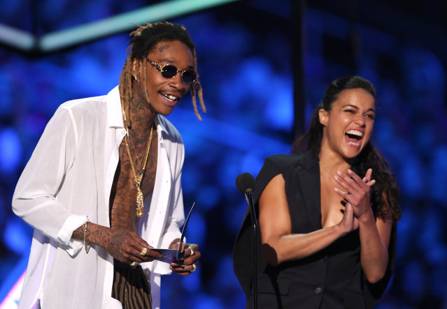 Wiz Khalifa, left, and Michelle Rodriguez present the award for choice TV: breakout show at the Teen Choice Awards at the Galen Center on Sunday, August 16, 2015, in Los Angeles. (Photo by Matt Sayles/Invision/AP Photo)