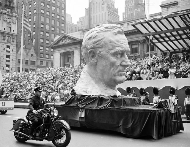 A float carrying a huge bust of President Franklin Roosevelt rolls up Fifth Avenue during a gigantic war parade in New York, June 13, 1942. (Photo by AP Photo)