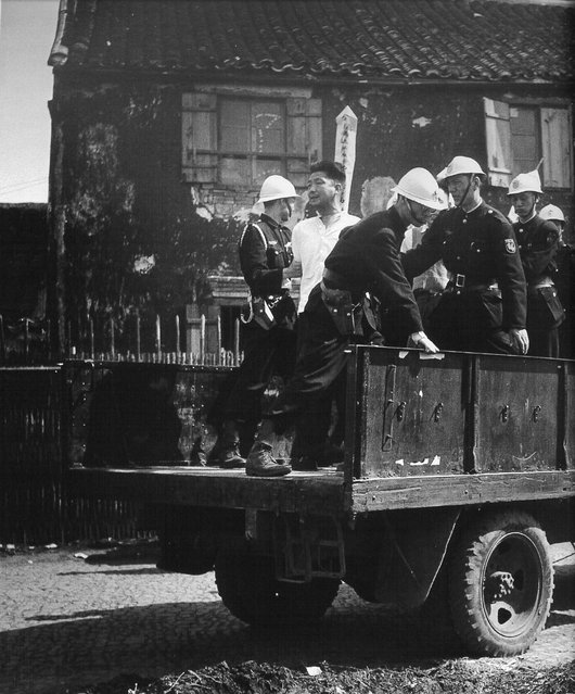 1949年5月上旬,将被枪决的共产党嫌疑犯被押到闸北公园刑场 (Early May 1949, the Communist Party of the suspects were executed was brought to the Zhabei Park execution ground)
