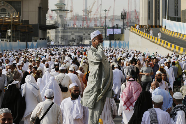 Muslim pilgrims walk around the Grand Mosque during the annual Hajj pilgrimage in Mecca September 27, 2014. (Photo by Muhammad Hamed/Reuters)
