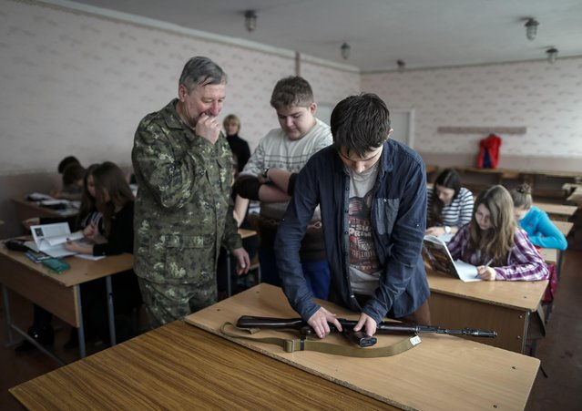 A teacher with military background gives students a basic military training lesson in Slaviansk February 9, 2015. (Photo by Gleb Garanich/Reuters)