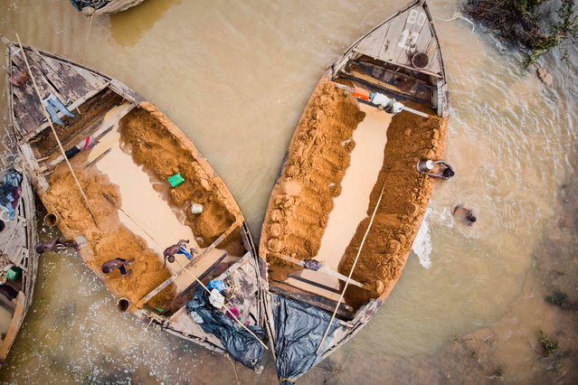 An aerial view shows Malian diggers loading boats with sand collected from the Niger River near Kangaba, in Mali' s southwestern Koulikoro region, on October 2, 2018. (Photo by Michele Cattani/AFP Photo)