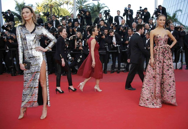 """Models Karlie Kloss (L) and Natasha Poly (R) pose on red carpet as they arrive for the screening of the film """"Julieta"""" in competition at the 69th Cannes Film Festival in Cannes, France, May 17, 2016. (Photo by Jean-Paul Pelissier/Reuters)"""