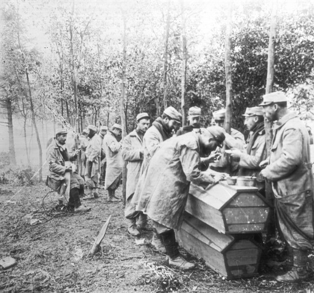French soldiers in WW I using coffins as dining tables, circa 1916. (Photo by General Photographic Agency/Getty Images)