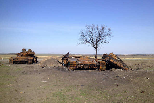 Two destroyed T-72 tanks, which presumably came from Russia, are seen on a battlefield near separatist-controlled Starobesheve in eastern Ukraine October 2, 2014. (Photo by Maria Tsvetkova/Reuters)