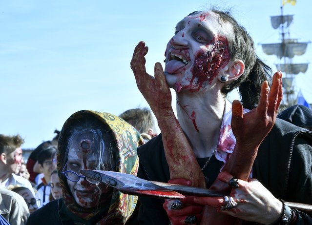 "People wearing costumes participate in the annual ""Zombie Walk"" in Bordeaux on October 22, 2016. (Photo by Georges Gobet/AFP Photo)"