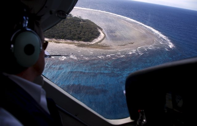 Pilot John Peaker prepares to land on Lady Elliot Island located north-east of the town of Bundaberg in Queensland, Australia, June 9, 2015. (Photo by David Gray/Reuters)