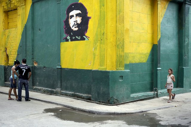 "An image of revolutionary hero Ernesto ""Che"" Guevara is seen on a street in Havana April 11, 2015. (Photo by Enrique De La Osa/Reuters)"