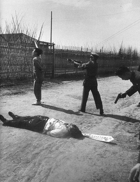 1949年5月上旬,行刑者用冲锋枪枪毙第二个共产党嫌疑犯 (In early May 1949, the executioner with assault rifles shot the second of the Communist Party of suspects)