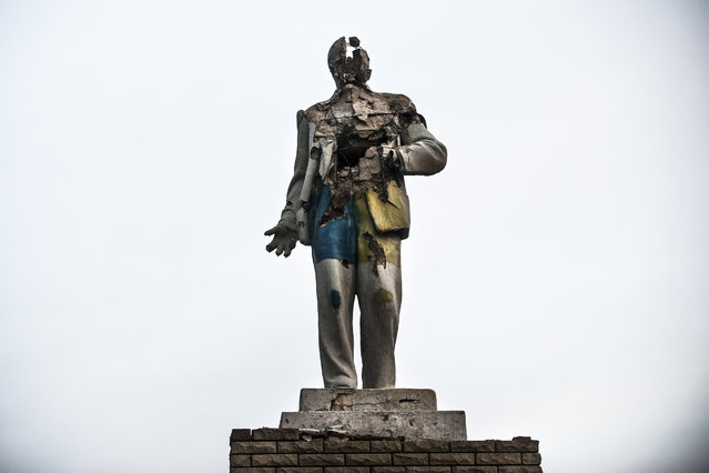 In this photo taken on Thursday, December 10, 2015, a damaged statue of Vladimir Lenin stands in Debaltseve, Ukraine. The Ukrainian Army shot up the statue for target practice while it occupied the town, sieged by separatist rebels who captured it in February 2015 at the end of one of the most devastating battles during the conflict in Ukraine's east. (Photo by Evgeniy Maloletka/AP Photo)