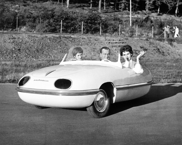 Flanked by his two daughters, Egon Bruetsch sits in his new three-wheel car for which he developed a plastic body in Stuttgart, Germany, October 10, 1954. He claims it weighs only half as much as a normal metal body. The car seats three persons. (Photo by AP Photo)