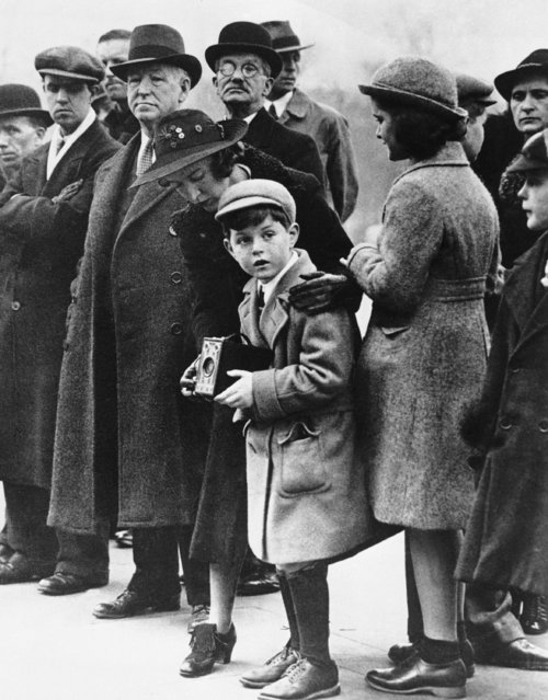 Teddy Kennedy, center, and sister Jean attend the changing of the guard at Buckingham Palace as their father, the new American Ambassador Joseph Kennedy paid a call on the king, April 11, 1938. (Photo by AP Photo)