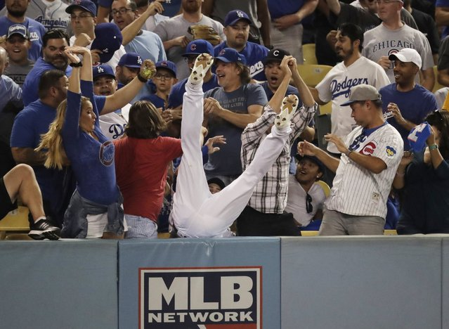 Los Angeles Dodgers right fielder Josh Reddick can't catch a foul ball hit by Chicago Cubs' Ben Zobrist during the fifth inning of Game 4 of the National League baseball championship series Wednesday, October 19, 2016, in Los Angeles. (Photo by Jae C. Hong/AP Photo)
