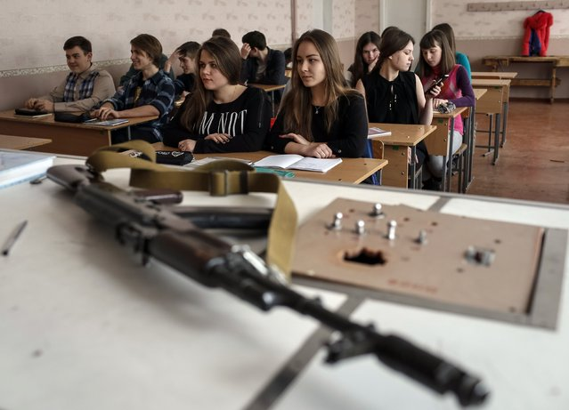 Students attend a basic military training lesson in Slaviansk February 9, 2015. (Photo by Gleb Garanich/Reuters)