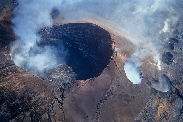 A shot of Pu'uo crater, the main source of lava from Kilauea, taken from a helicopter in Kilaura, Hawaii. (Photo by Kirk Aeder/Barcroft Media)